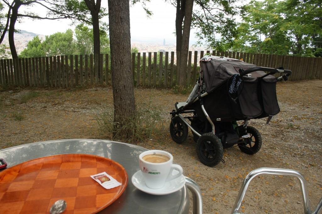 Sovende børn, kaffe og udsigt i Barcelona