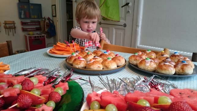 Pynter fødselsdagsmad til når børnehaven kommer på besøg