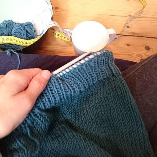 Søndagshygge med strikketøj og kaffe