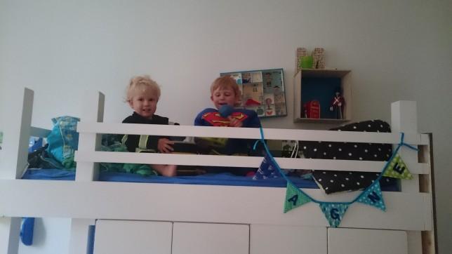 En brandmand og Supermand i køjesengen. Billedet er taget fra Copenhagen Pride, og børnene leger at de laver optog og sidder oppe i en lastbil :)