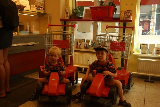Seje indkøbsbiler i det lokale øko-supermarked