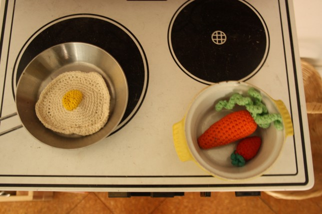 Legekøkken komfur med hæklede grøntsager
