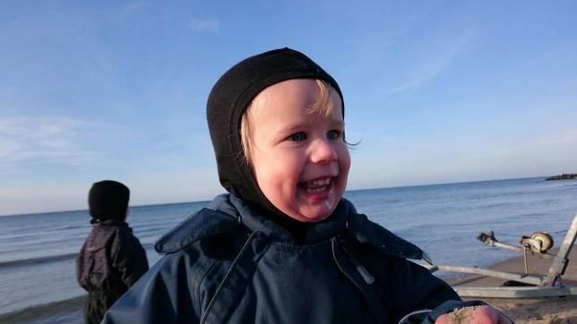 Glad Asger på stranden
