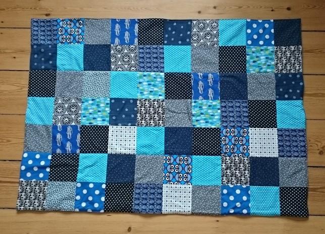 Blåt patchworktæppe