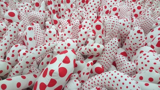 Prikker Kusama tentagler med røde prikker