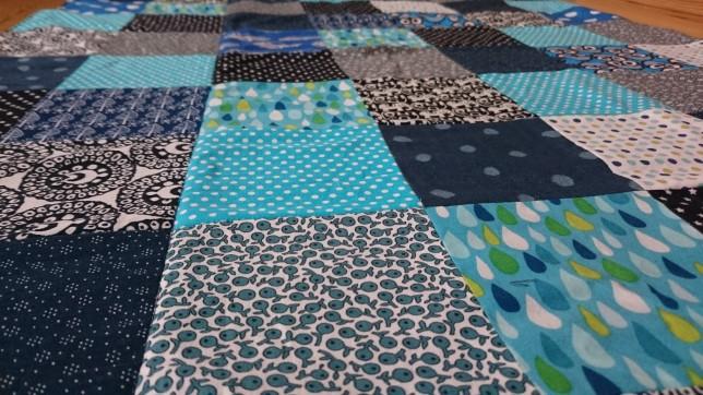 Tæt på blåt patchwork babytæppe