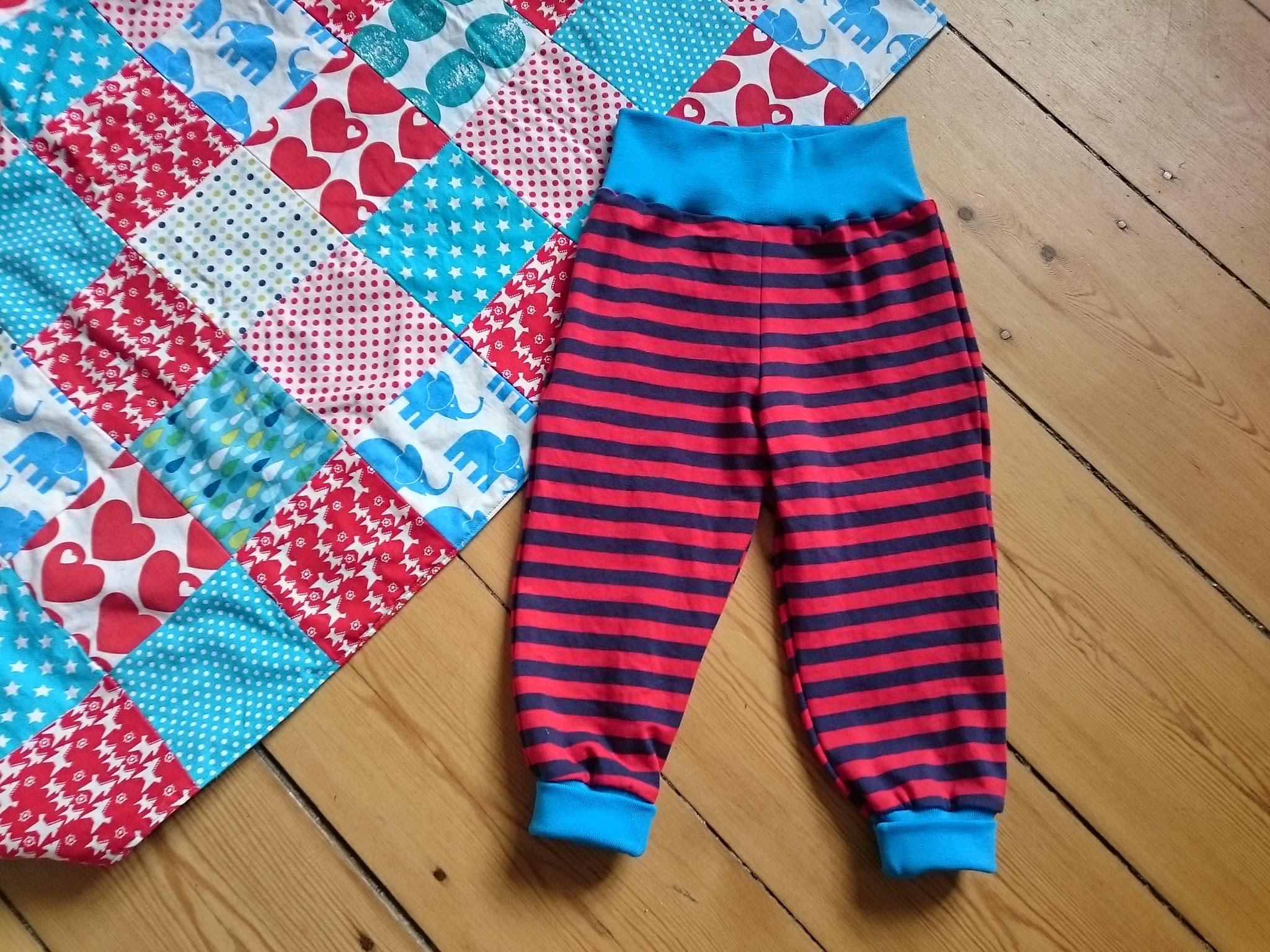 Babybukser og patchworktæppe