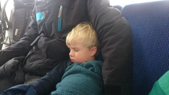 asger-sover-i-bussen